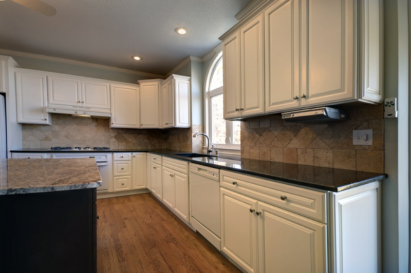 Cw White Raised Bentley Kitchen Cabinet Pictures
